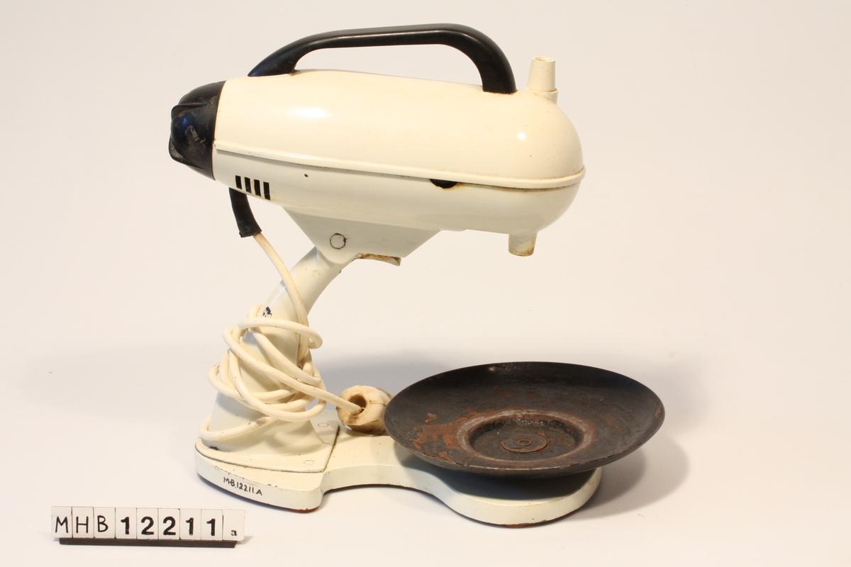 Maskin med stativ, tallerk til bolle og ledning med støpsel. Maskinen har håndtak på oversiden, med et hull ved fremre ende. Det er mulig å vippe den opp. Dreiehjul bak for å skru på, og regulere hastigheten på maskinen.