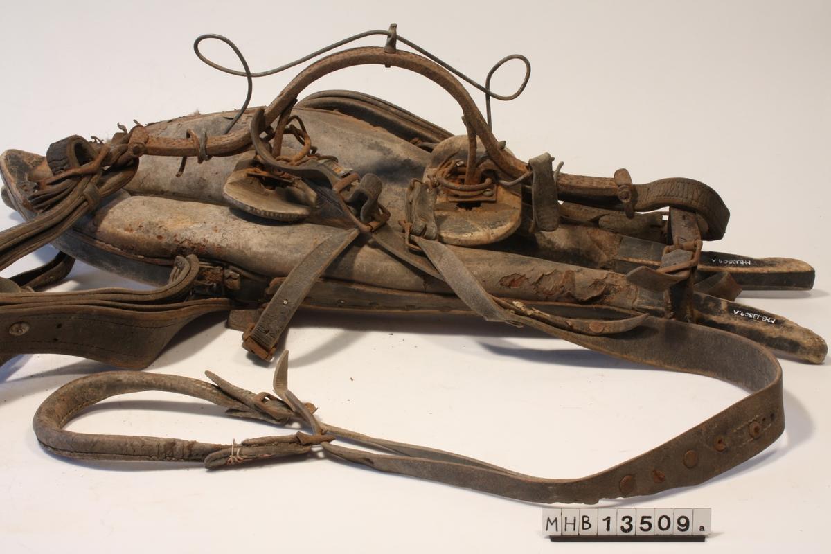 Bogtre, høvre og rompereim er festet sammen. Fra oren (kryss med reimer hvor bogtre, høvre og dråttebånd møtes, går det en løs reim ut som ender i en krok. Bogtreet er stoppet med dyrehår og ullvatt. Høvren er laget av buet smijern med høvreballer i tre. Tømringene er laget ved å bøye til en tykk ståltråd over høvren. Rompereimen er festet i festet til høvreballene.