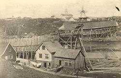 Skipsbygging i Haugeverven på Hasseløy. Tre våningshus og ba