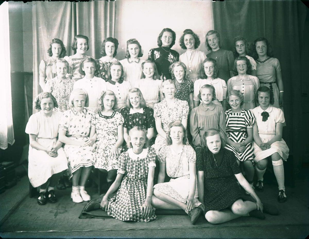 Gruppebilde - Skoleklasse - 7. klasse a - jenter.  Lærerinne Frk Strand.  .
