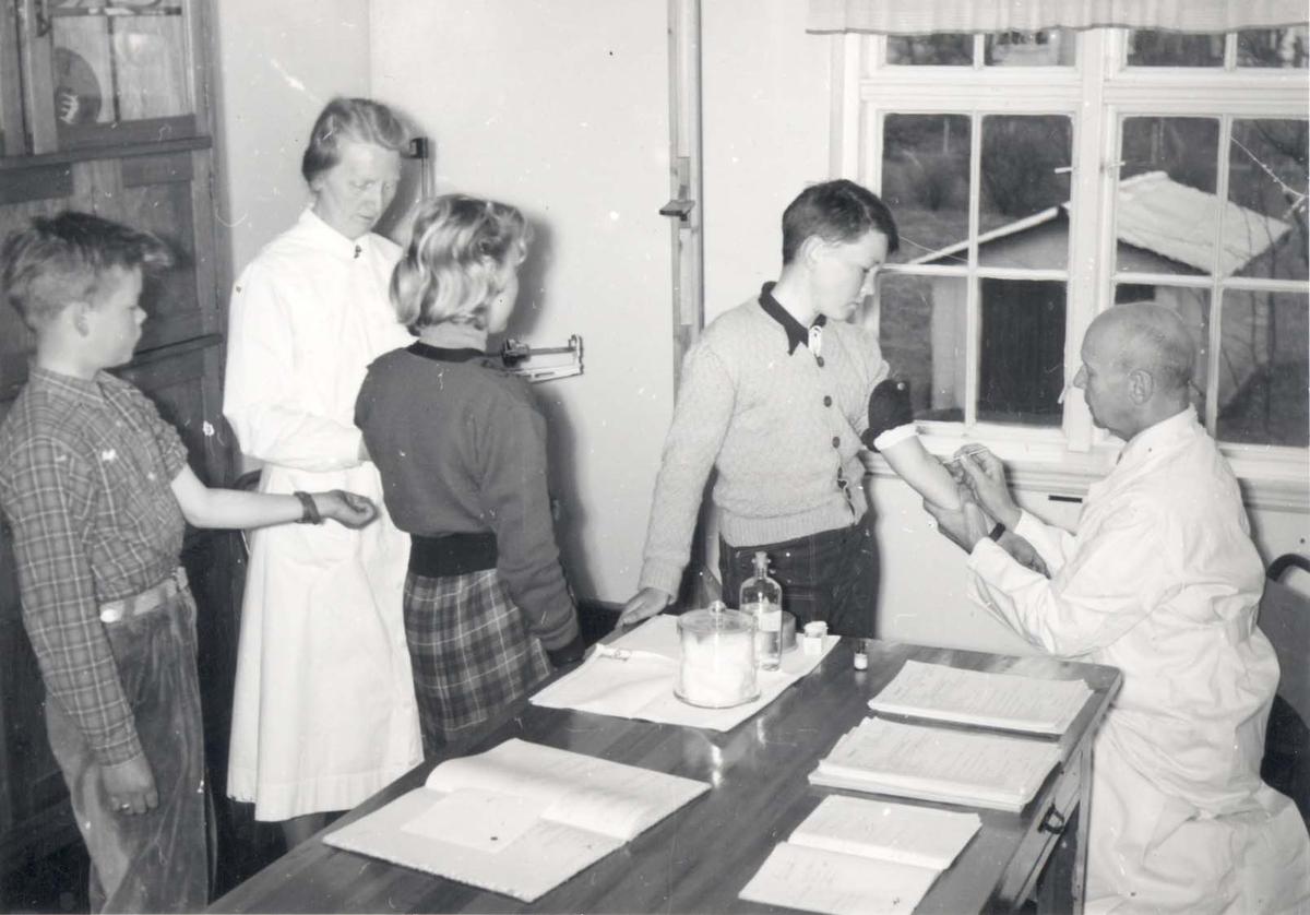Interiør - Skolebarn hos legen.
