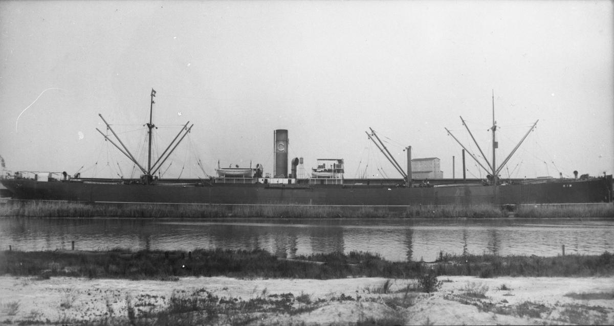 "Dampskipet D/S ""Kim"" ved havn. ""Kim"" endret senre navn i haugesundsrederes eie til ""Balto"", og deretter til ""Suderøy"". i 1929 ble ""Suderøy"" ombygget til flytende hvalkokeri. ""Suderøy"" var i bruk i arktis frem til 1958/59."