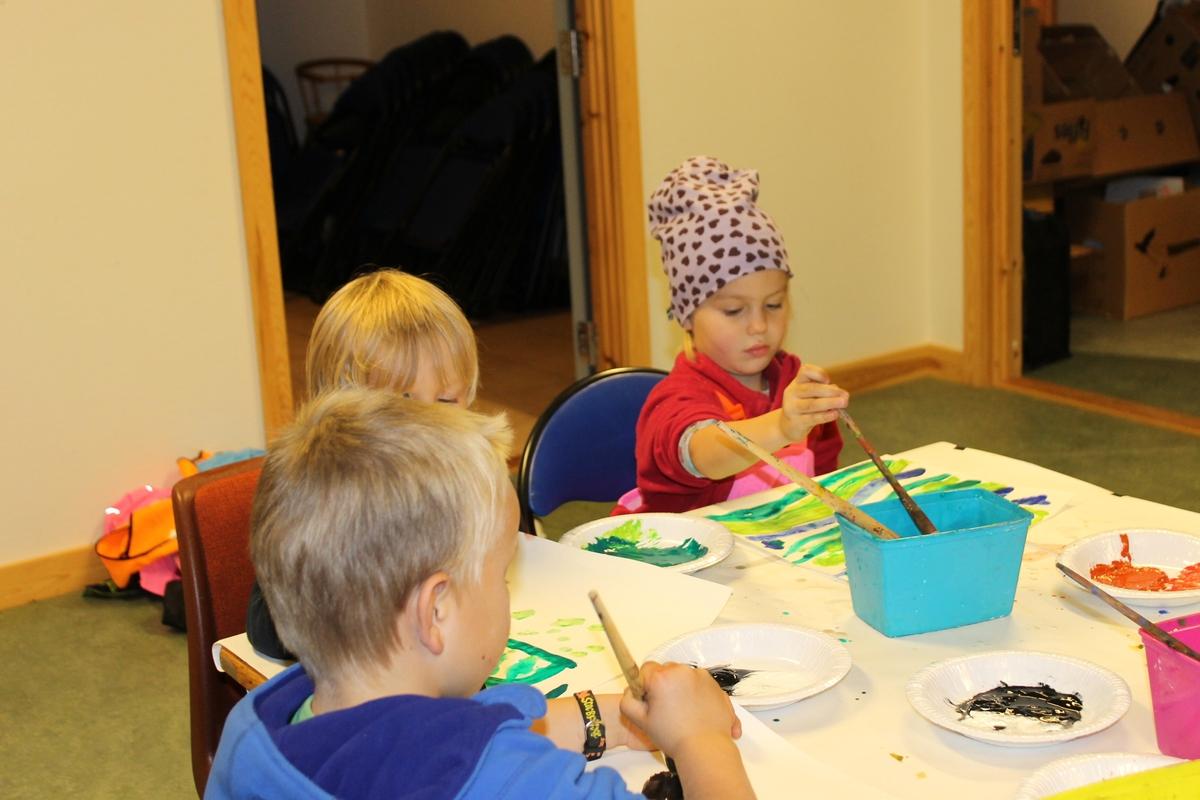 Aktivitetsdag på Berg-Kragerø Museum 8.10.2014. Høstferien. Barn leiker,  maler, kaster bocca, kaster ringer, og hopper i sekk.