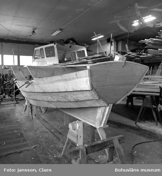 En dory byggs på Rönnängs varv 1989