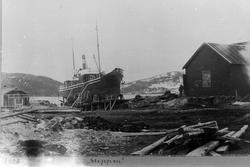"""D/s """"Vaagan"""" på slippen hos Harstad Mekaniske Verksted i 189"""
