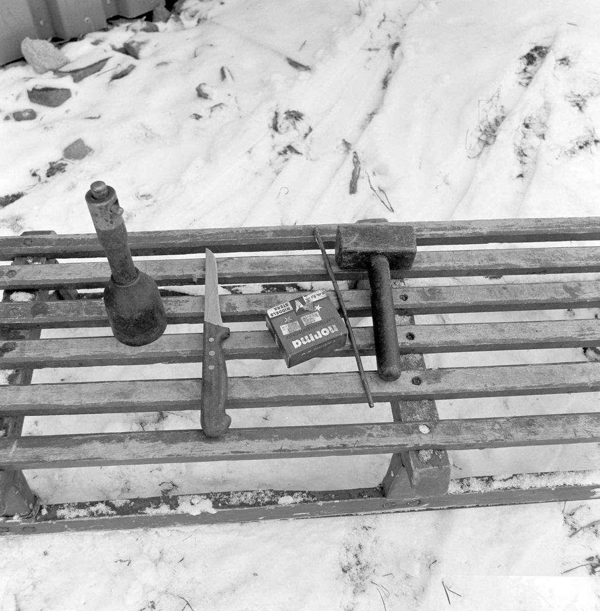 Dokumentasjon av griseslakting i 1977, på Lunde i Gaupen, Ringsaker. Bygdeslakter. Slakterutstyr. Slaktemaske, kniv, patroneske og slaghammer.  Bygdeslakter Johs. Rosenborg.