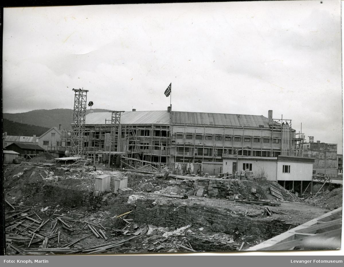 Gjenreisning på Steinkjer, byen ble bombet under 2.verdenskrig. forretningen til R. Hanssen