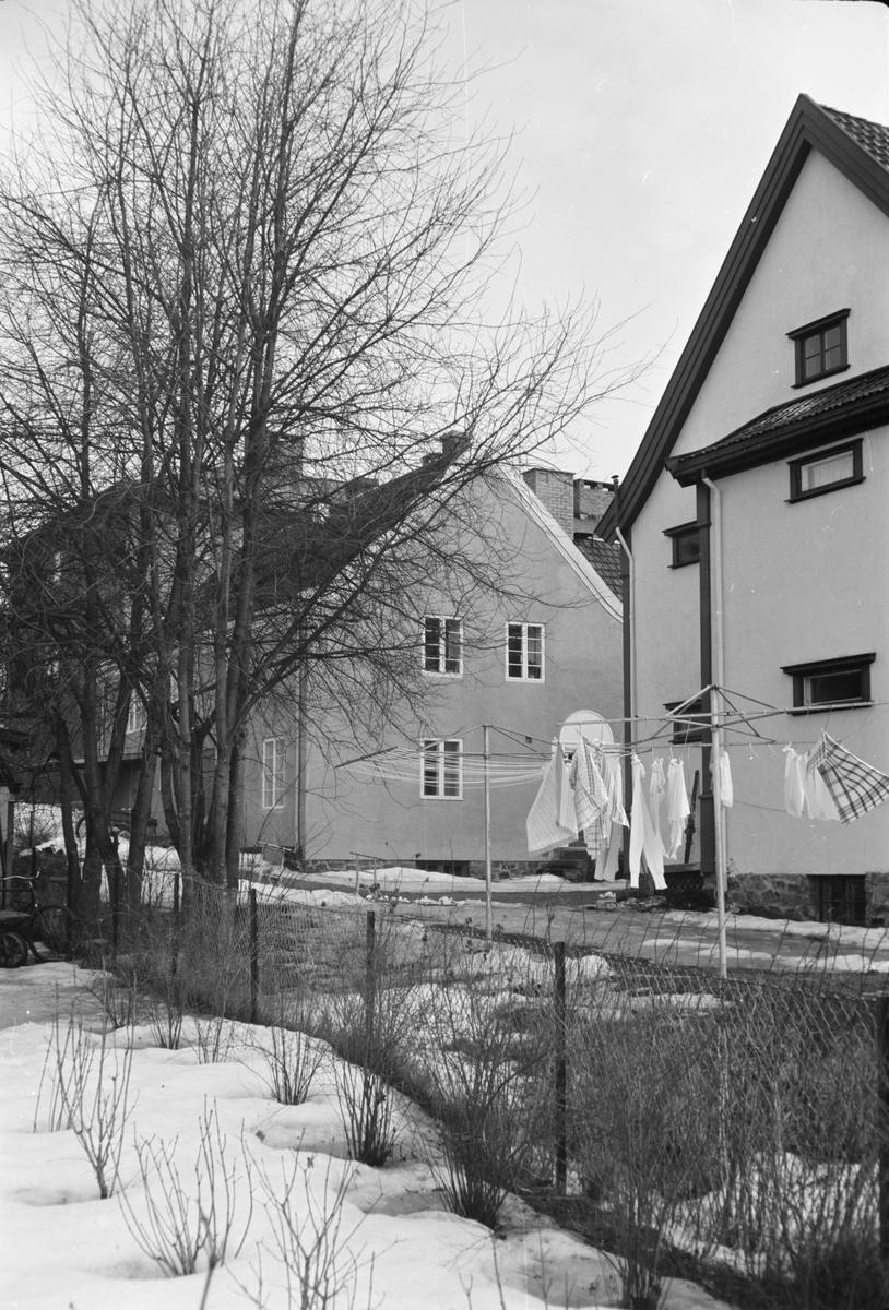 Til venstre: Garasjebygning for Ekren. Til høyre: Glitre. Leiret, Elverum.