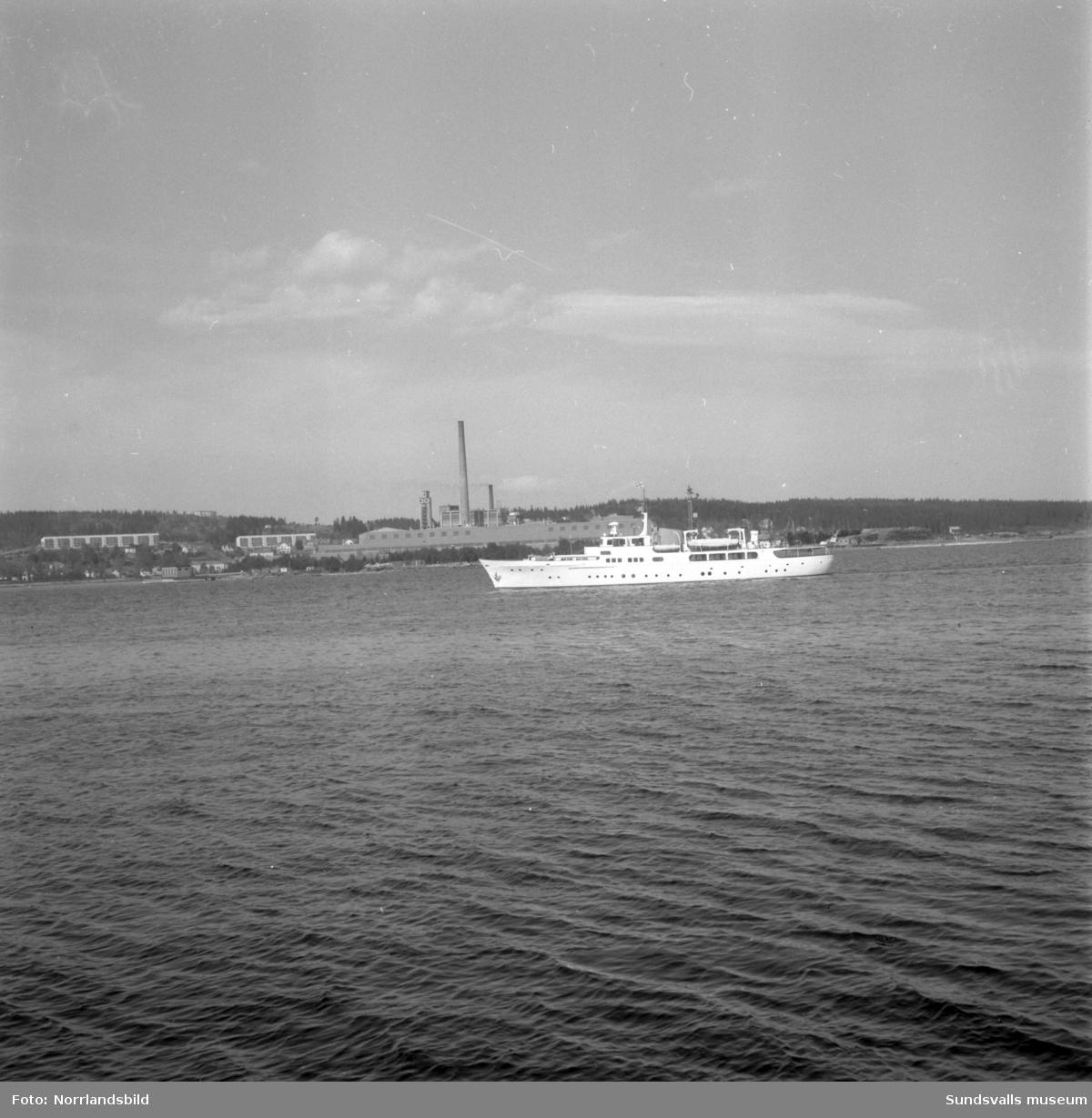 Lyxkryssare på redden utanför Sundsvalls hamn.