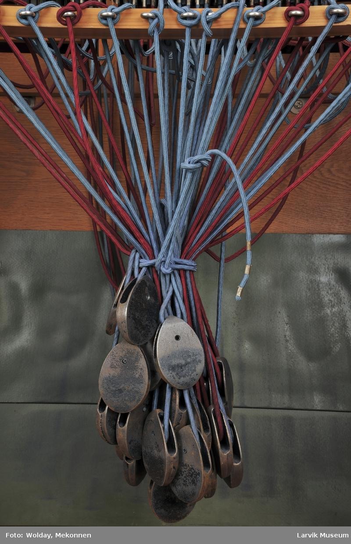 Manuelt sentralbord. Knotter av plast. Propper med plastisolering. Dreieskivens base av bakelitt. Ev. er tavlen av bakelitt.