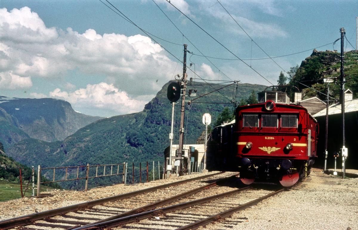 Flåmsbana. Bergensbanen. Myrdal stasjon. NSB elekrisk lokomotiv El 9 2064.