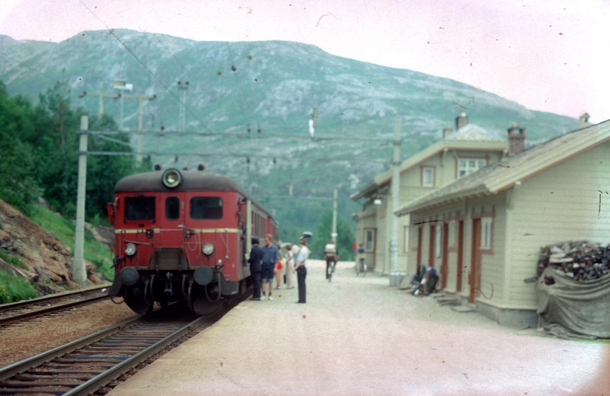 Persontog på Mjølfjell stasjon. NSB motorvognsett type 67.