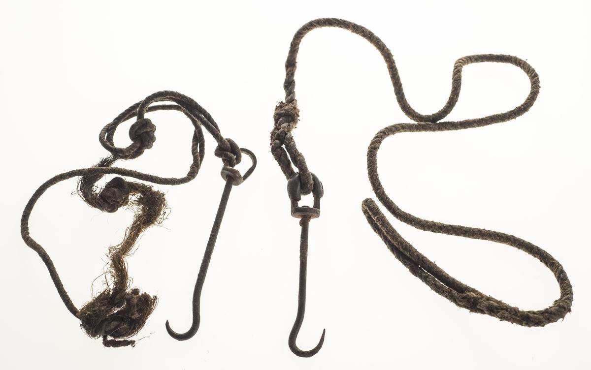 To snører med krok, av ulik lengde og delvis ulik utføring.