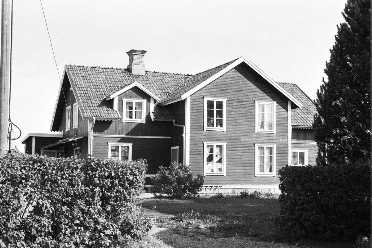 Affärshus och bostadshus, Norrbacken, Tibble 5:8, Rasbokils socken, Uppland 1982