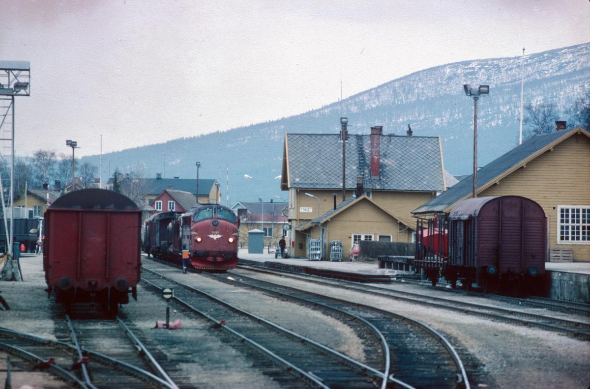 Tynset stasjon, Rørosbanen. Godstog Trondheim - Hamar med NSB dieselelektrisk lokomotiv type Di 3. Bildet er tatt fra lokomotivet i kryssende tog 301.