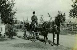 Kirkeskyssen til Anton A. Skøyen. Hest og kjerre med kusk.