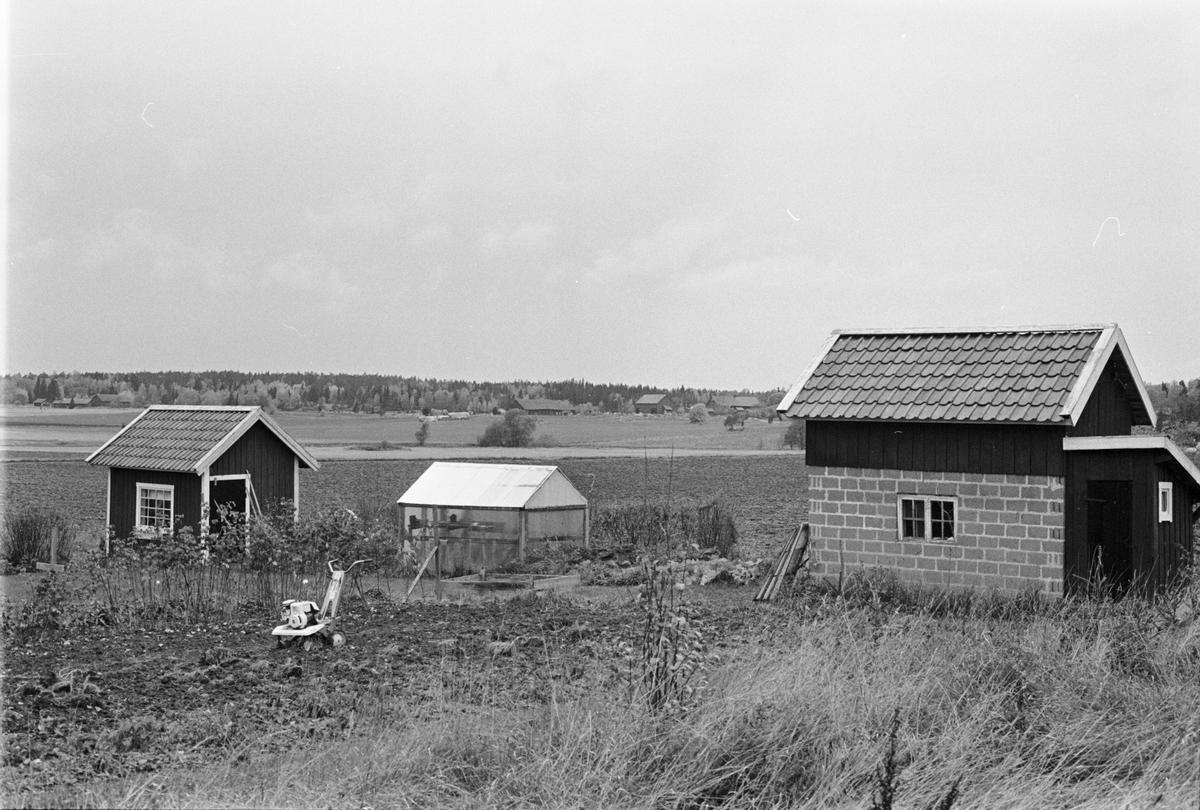 Garage och uthus, Gustavslund, Holmbro 2:10, Skogs-Tibble socken, Uppland 1985