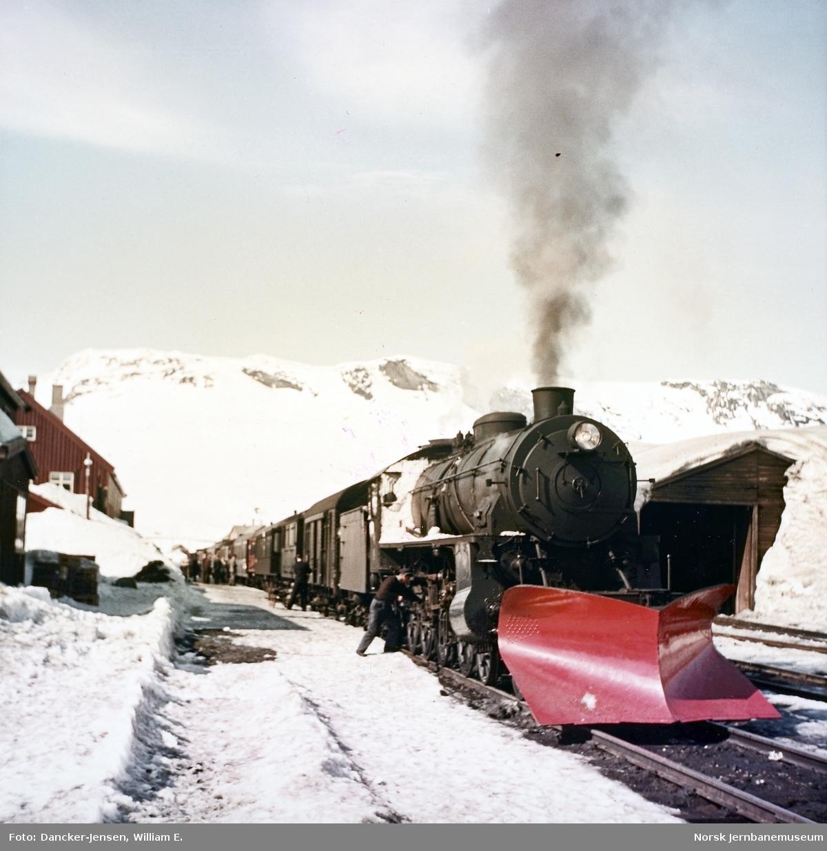 Damplokomotiv type 31b med østgående dagtog 602 på Finse stasjon