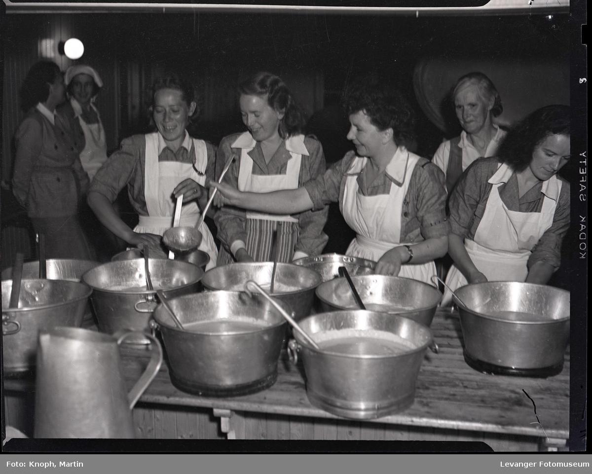 Kokker ved gryta, Steinkjersannan  III