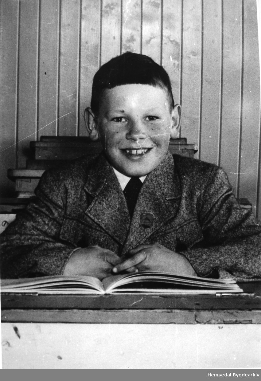 Knut Olav Halbjørhus på skulepulten på Torset skule i 1956-1957.