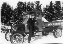 Ingvar Grøthe med lastebilen han kjøpte i 1925-1926. Denne b