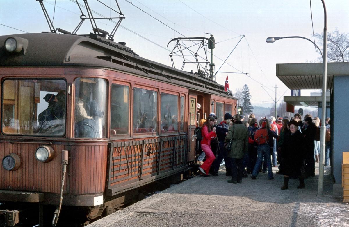 A/S Holmenkolbanen. Oslo Sporveier. Røabanen. Holmenkolldagen 1976. Ekstravogn Østerås - Hovseter. Fra Hovseter gikk man opp til Kollen. Vogn 37, type 1909 (Skabo, Westinghouse, HKB verksted)