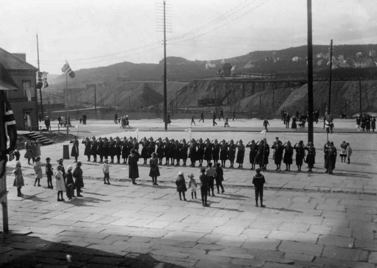 """Narvik 1 """"speider piketropp av KFUK. Parade 17. mai 1922 på Narvik torv."""