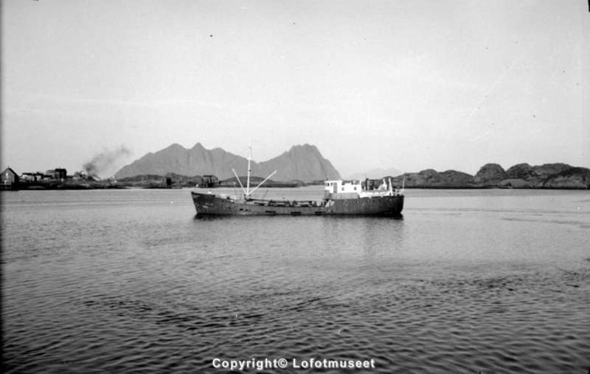 Svolvær, 1950-60. En BP-båt inne ved tankanlegget i Osan.