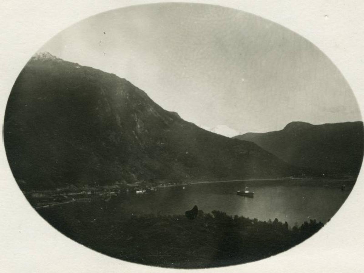 Narvik havn fotografert fra Framnes. En malmbåt på havna.  Fagernesfjellet til venstre og Ankenesfjellet med Hardhausen til høyre.