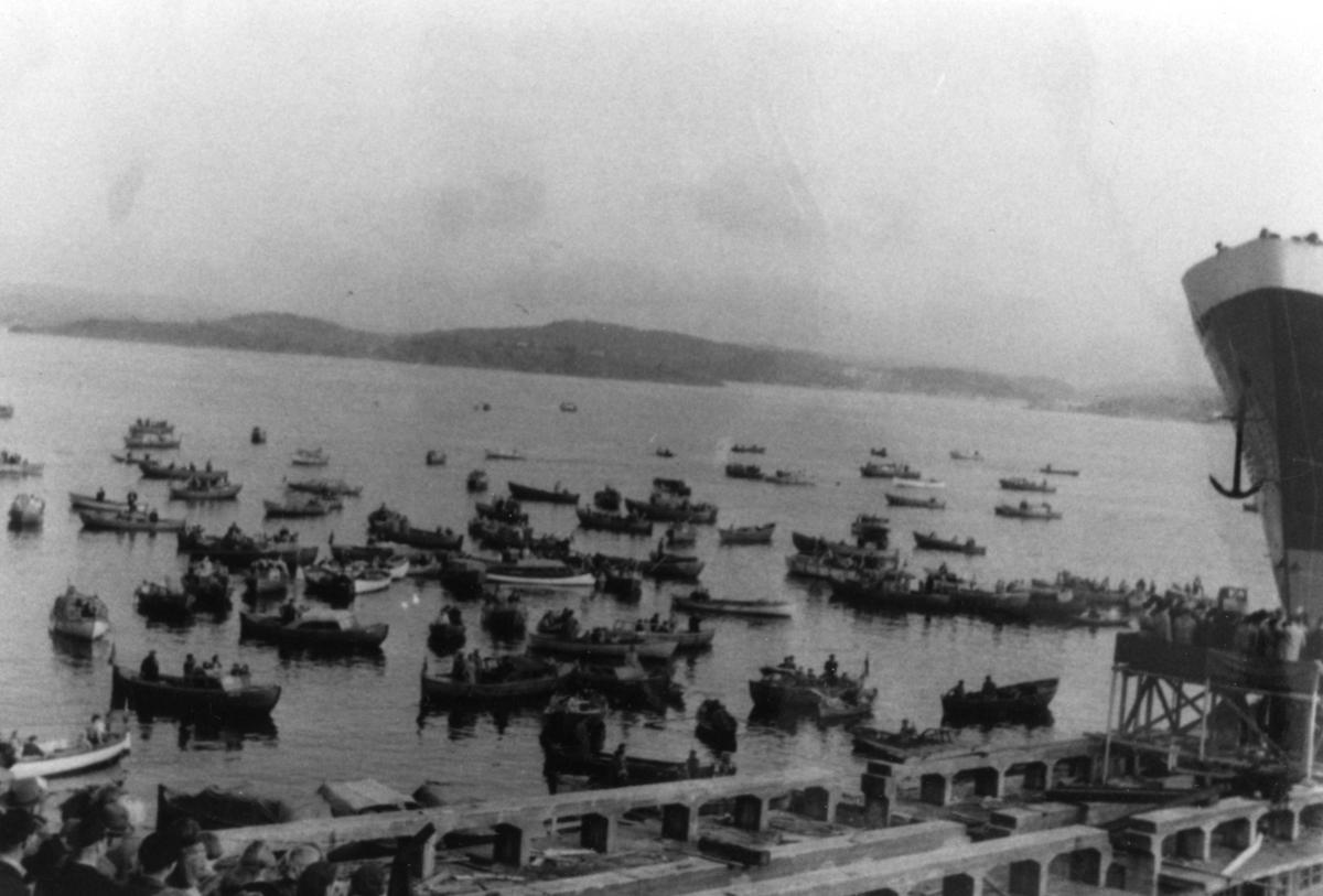 Mange fritidsbåter på vannet for å oppleve sjøsetting ved Tangen Verft. ca.1960-70