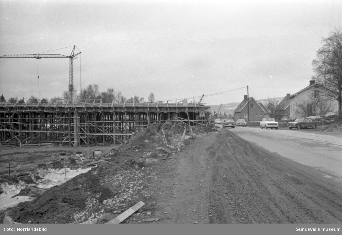 Motorvägsbygget. Här byggs en av viadukterna i Skönsberg, vid Bygatan i höjd med Hagaskolan.