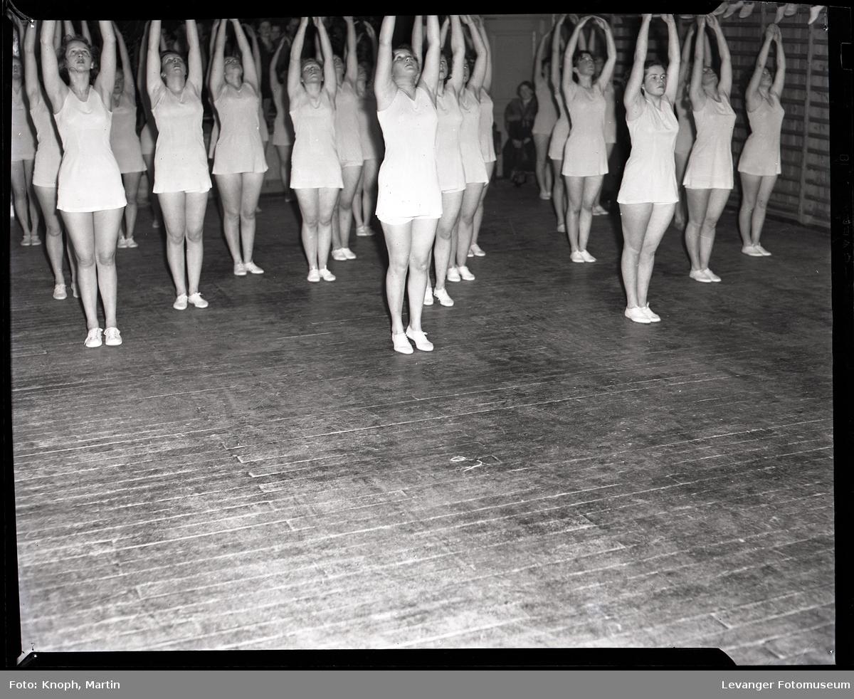 Gymnastikkoppvisning på Sund Folkehøgskole  V