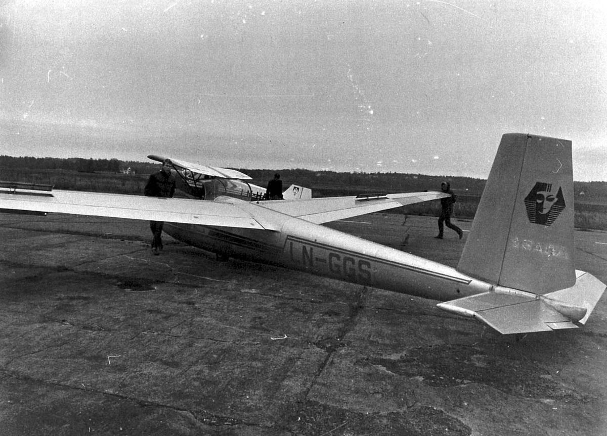 Lufthavn/landingsplass. 1 fly på bakken, LET L-13 Blanik.
