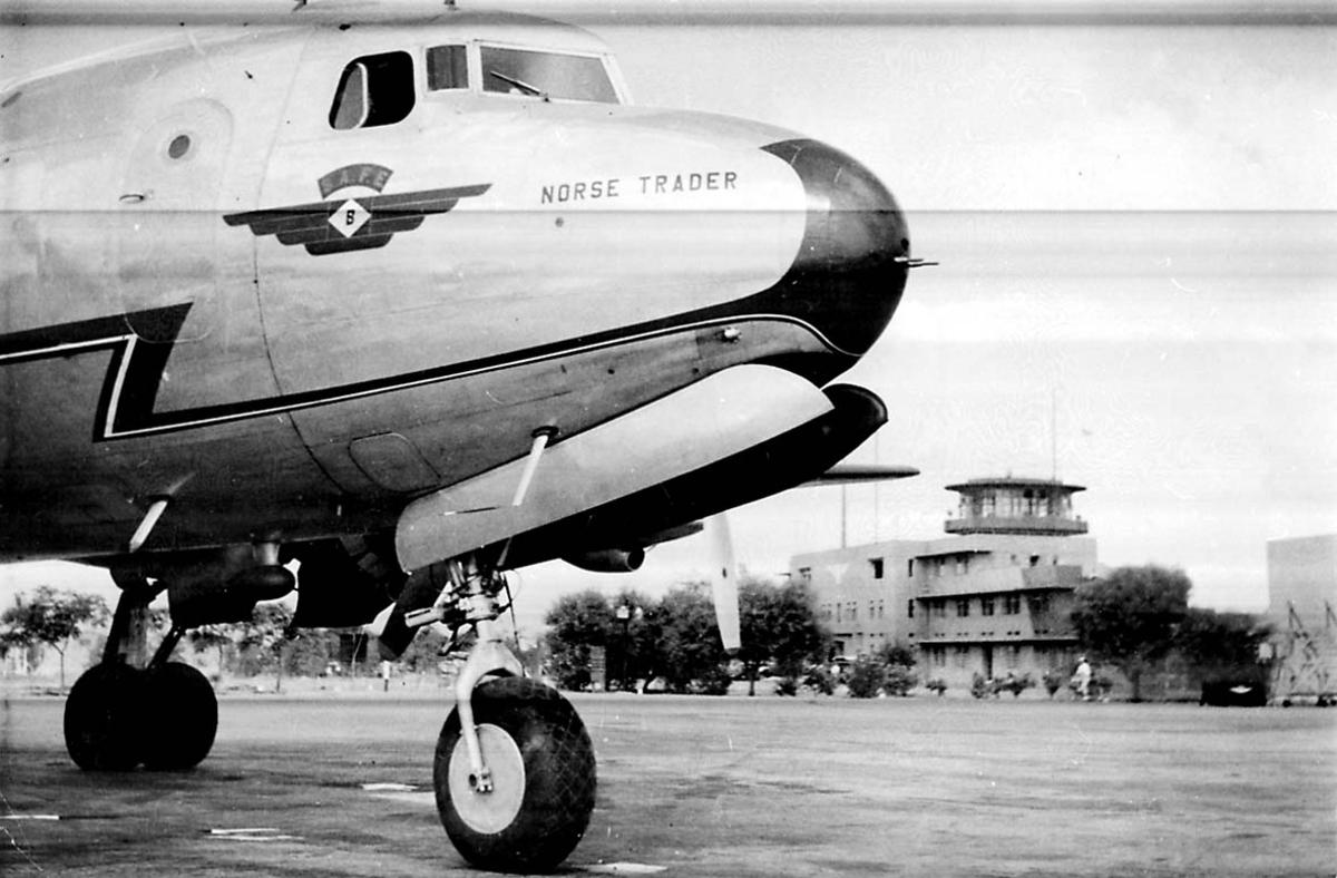 """Lufthavn. 1 fly på bakken Douglas DC-4 C-54A-15 Skymaster ldb nr. 1, LN-HAU """"Norse Trader"""" fra Braathens SAFE."""