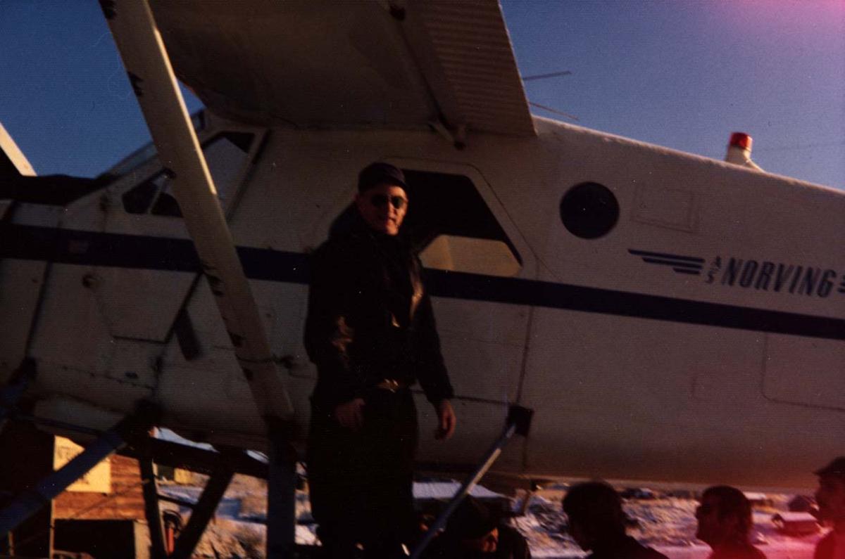 1 fly på bakken. DHC-2 Beaver LN-KCQ fra Norving. Portrett, en person ved flyet.