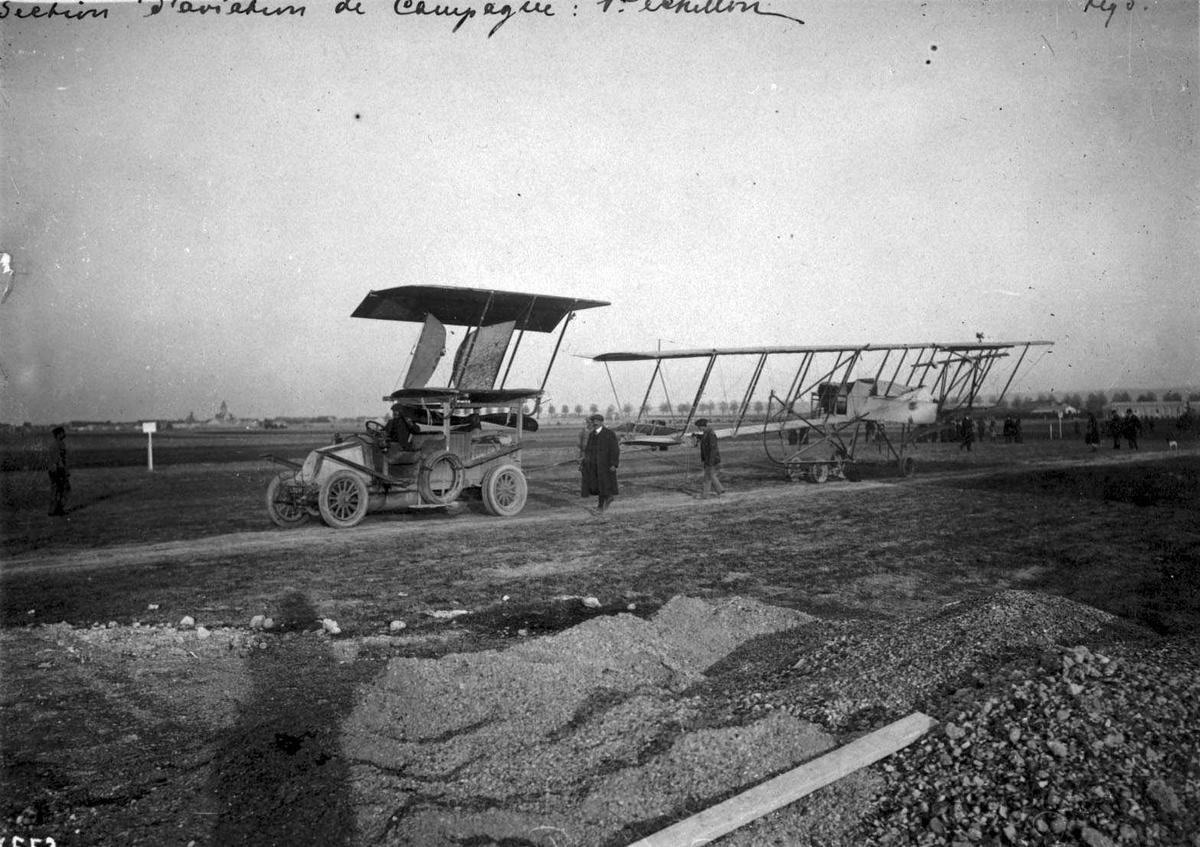 Kjøretøy og tilhenger. Transport av fly, Farman. Flere personer ved kjøretøyet.