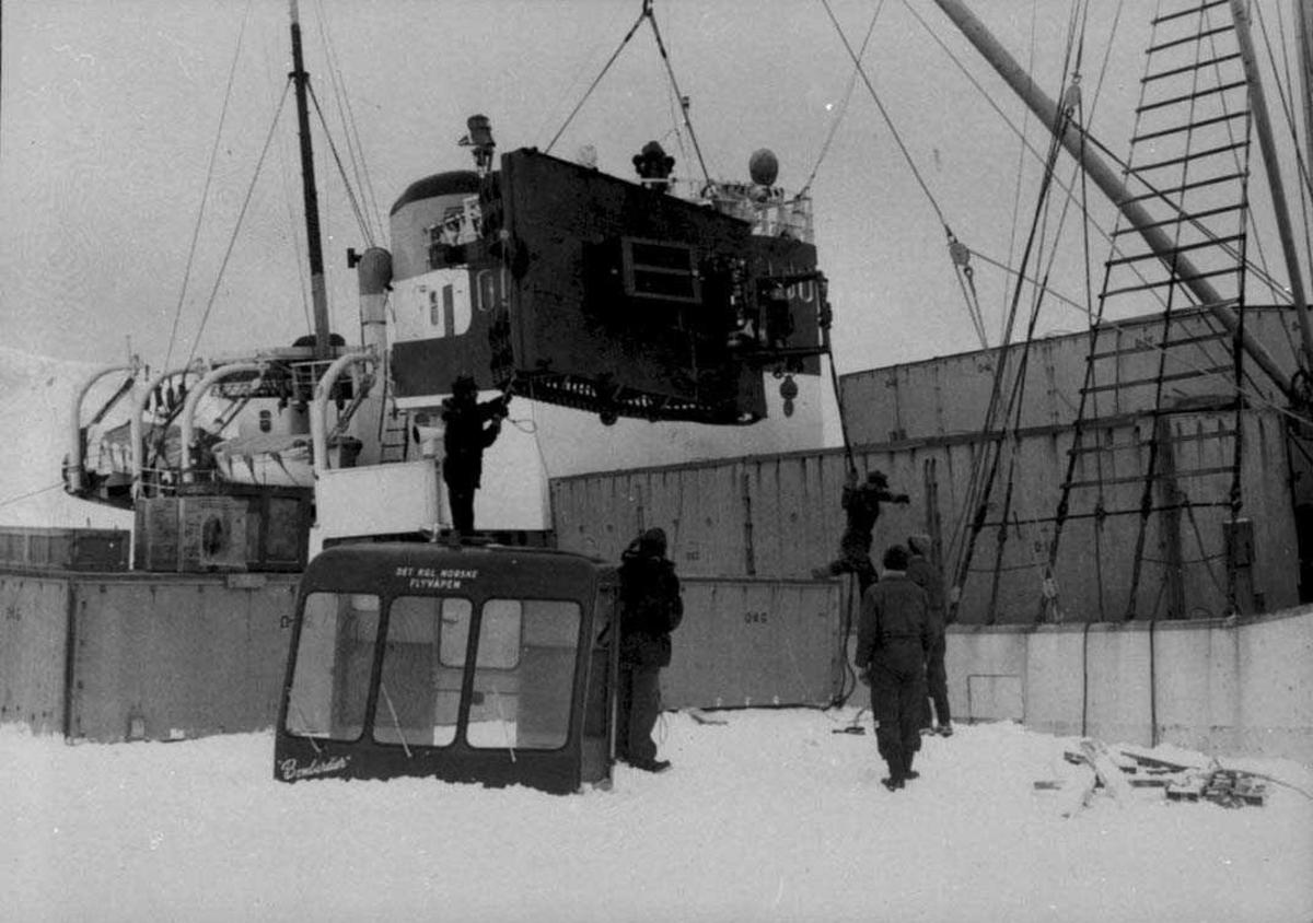 """""""Polarbjørn"""" ved iskanten. Lossing av utstyr ned på iskanten"""