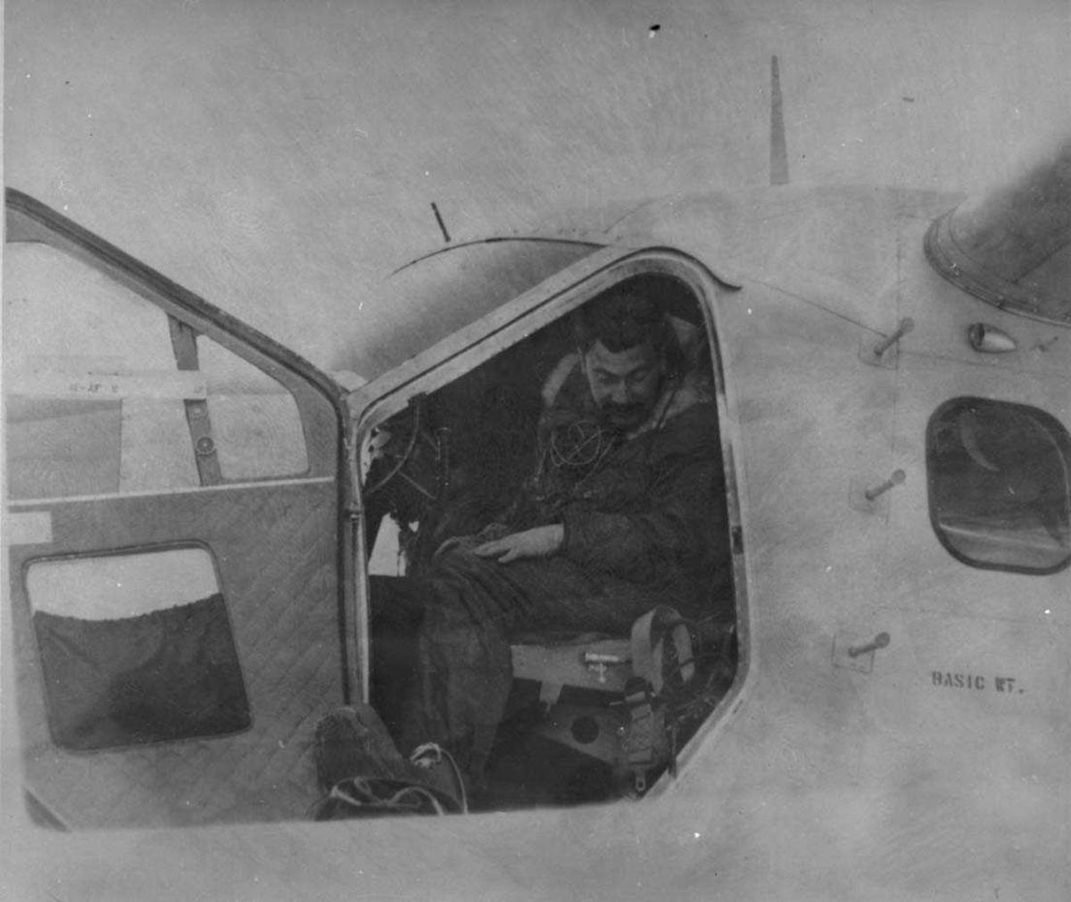 En person, mann, i cockpiten på et fly, Otter.
