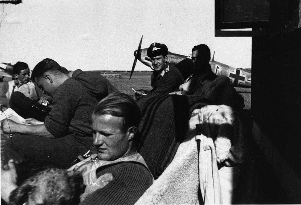 Lufthavn, tysk militert personell ved et fly. Bf109