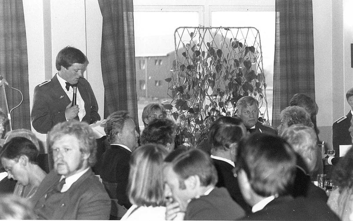 En person taler under festmiddagen til 334 skvadrons 40 års Jubileum.