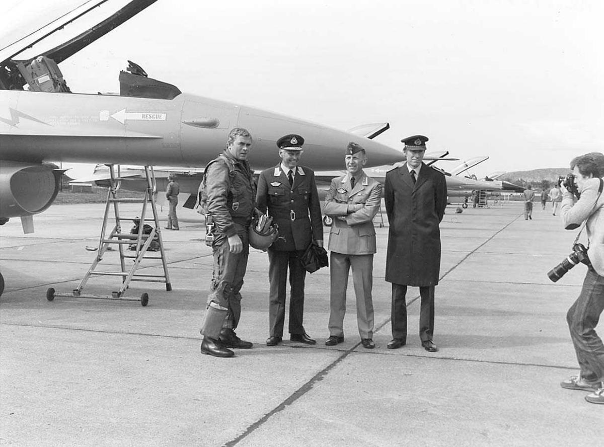 Gruppefoto av 4 personer foran en F-16.
