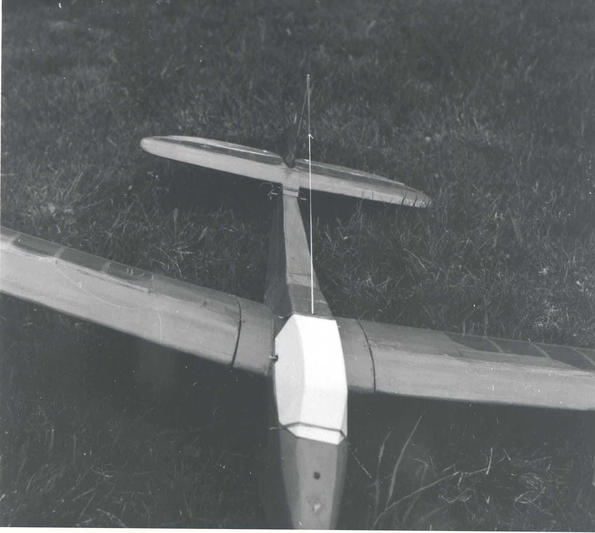 Ett modellfly - Bergfalke - med oppbygget kabin. på bakken.
