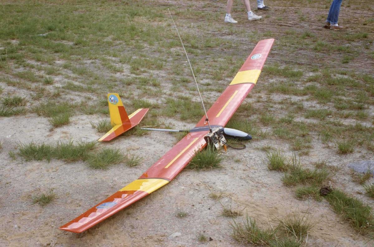Ett modellfly på bakken.