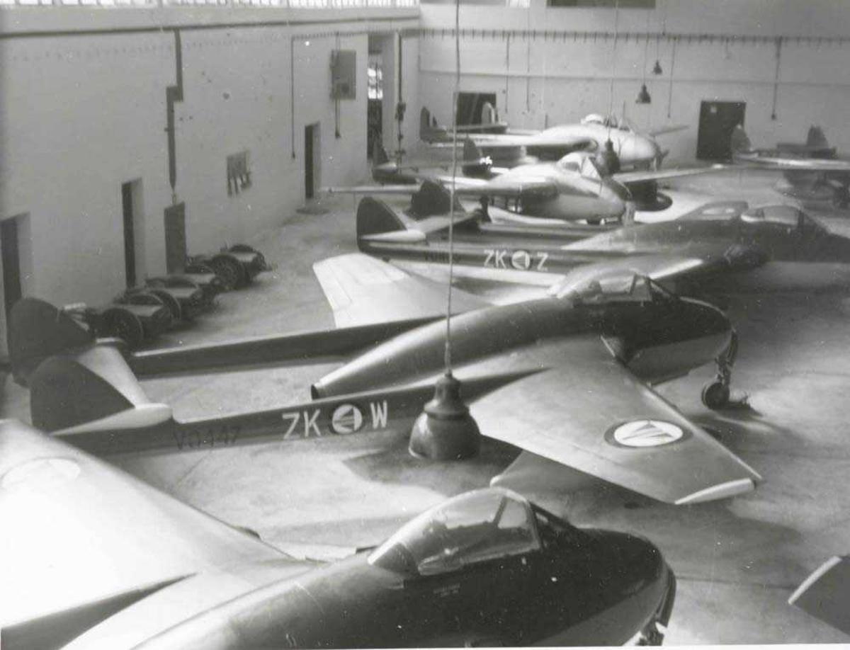 Flere fly inne i en hangar. Vamp.