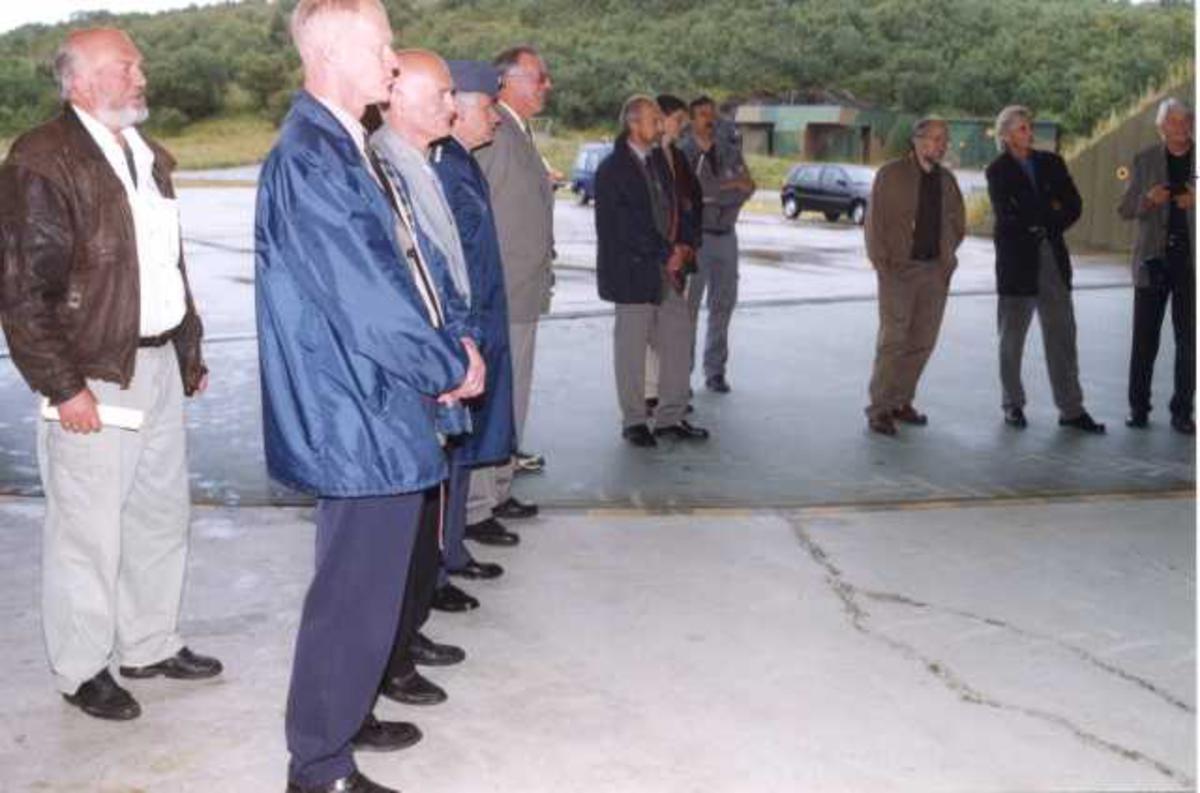 Lufthavn (flyplass). En gruppe personer oppstilt.