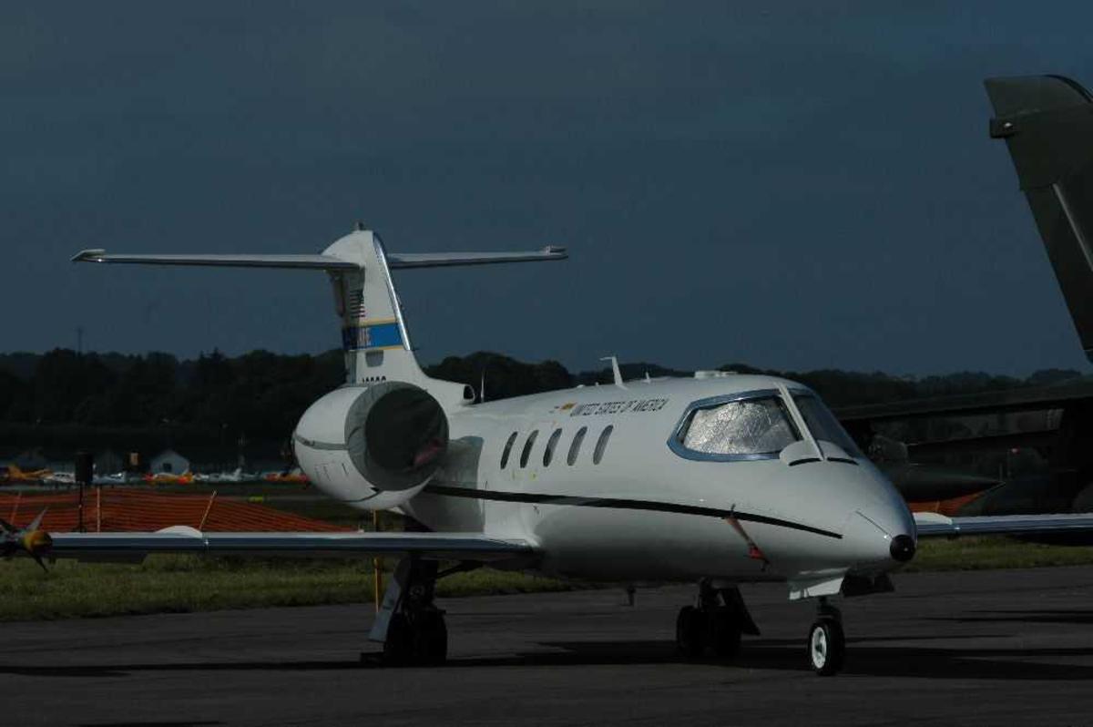 Lufthavn (flyplass). Ett fly på bakken. Bombardier Learjet 35A