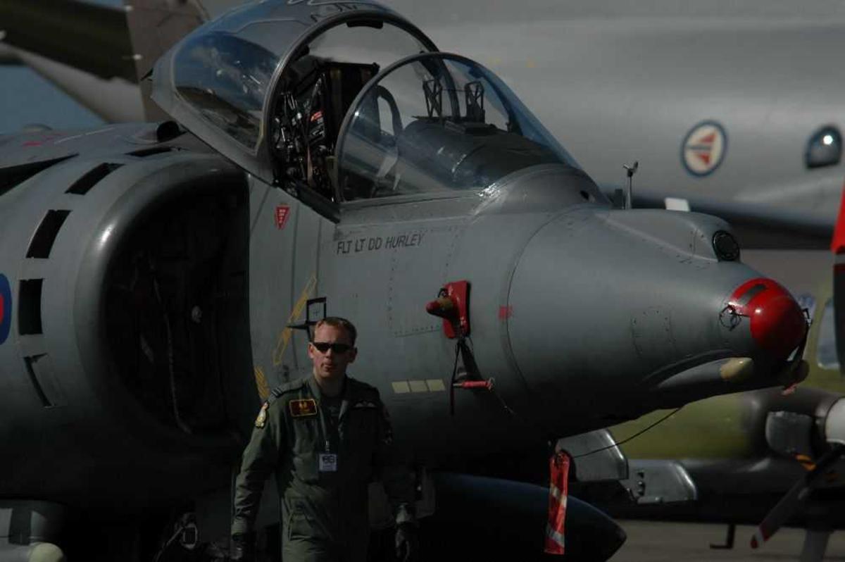 Lufthavn (flyplass). Ett fly på bakken, Hawker Siddeley Harrier. VTOL