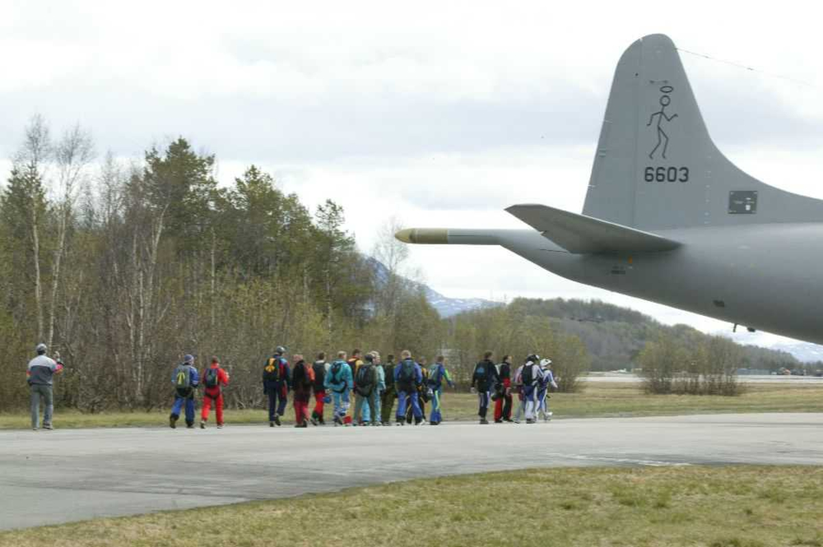 Lufthavn (flyplass) Haleparti av Lockheed P-3N Orion 6603. Flere personer i bakgrunnen.