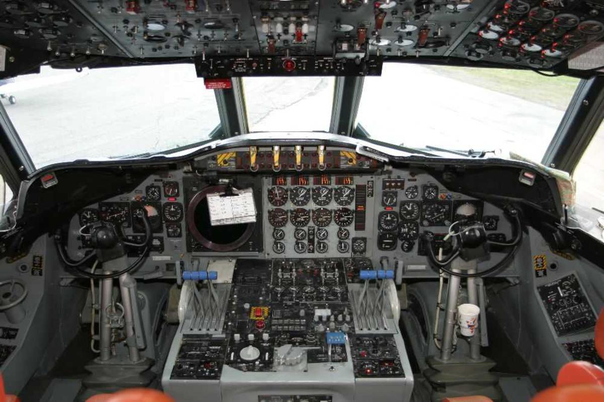 Ett fly på bakken. Detaljfoto fra cockpit med instrumenter.