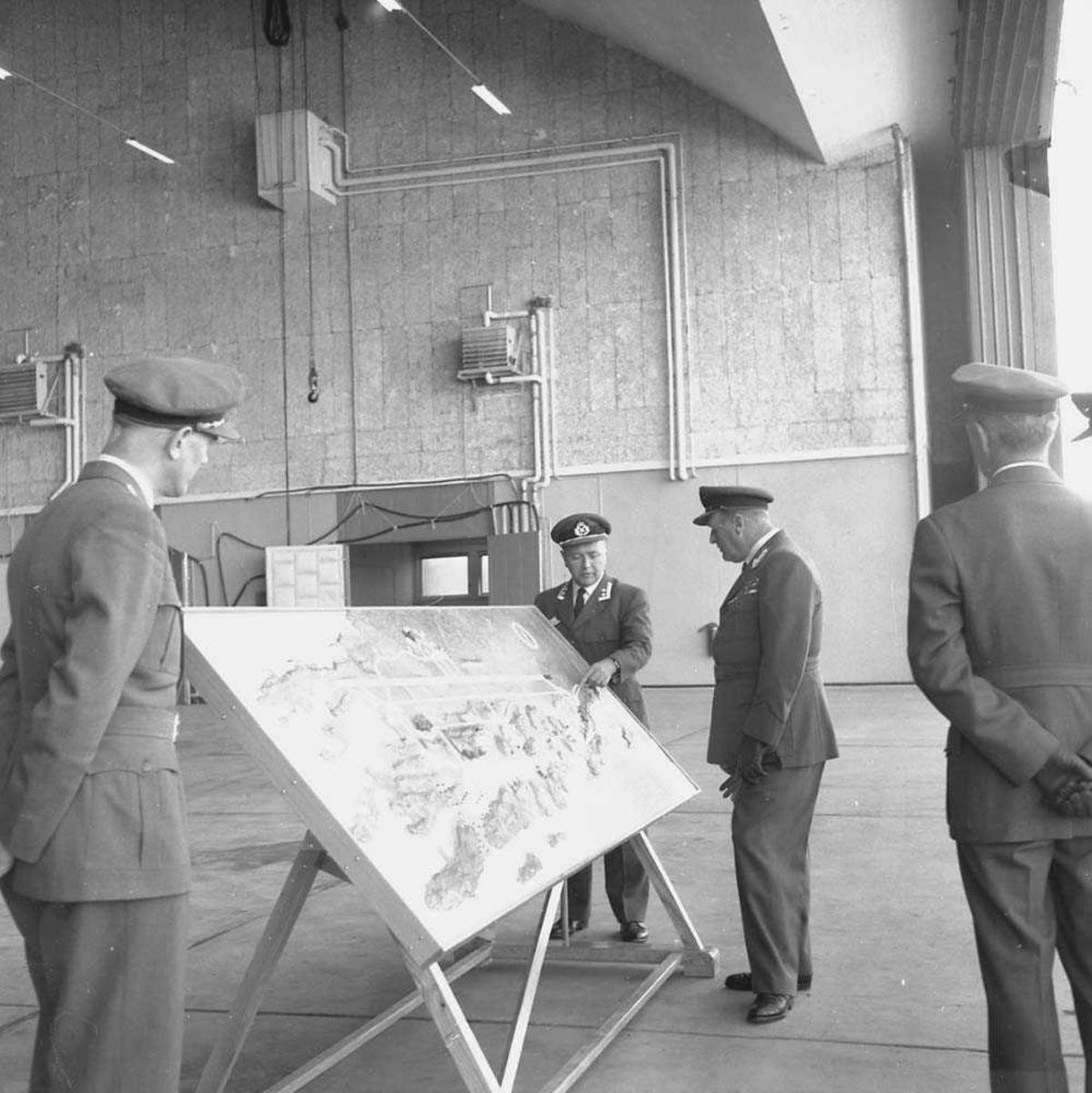 Kong Olav V og Kronprins Harald besøker Bodø flystasjon.